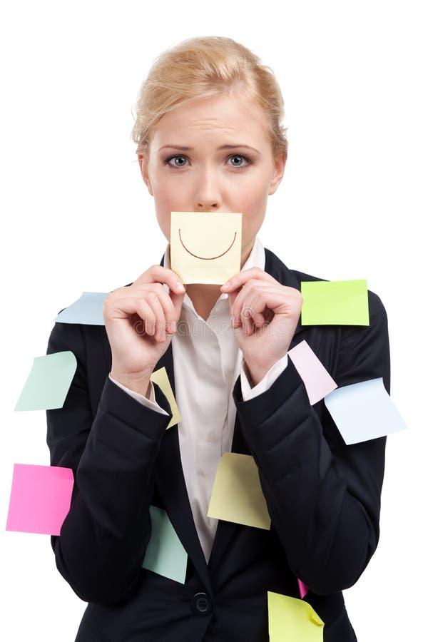 Mulher de negócio atrativa que prende uma etiqueta amarela fotografia de stock royalty free
