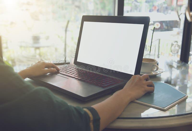Mulher de negócio autônomo que trabalha na tabela no café imagens de stock