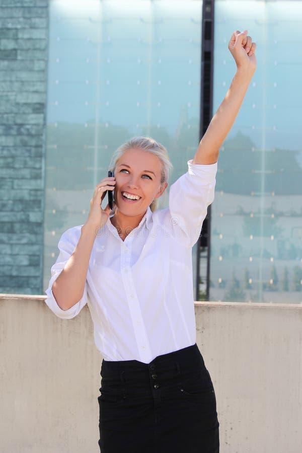 Mulher de negócio bem sucedida atrativa que chama o telefone imagens de stock royalty free