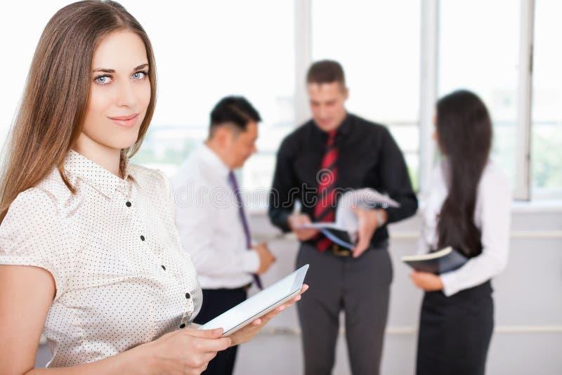 Mulher de negócio bem sucedida que usa o PC da tabuleta foto de stock royalty free