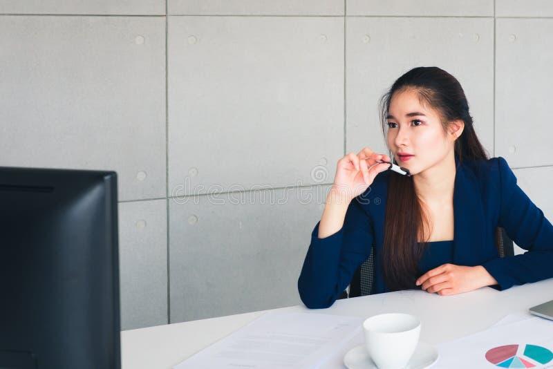A mulher de negócio bonita asiática tem a preocupação nela que pensa imagem de stock