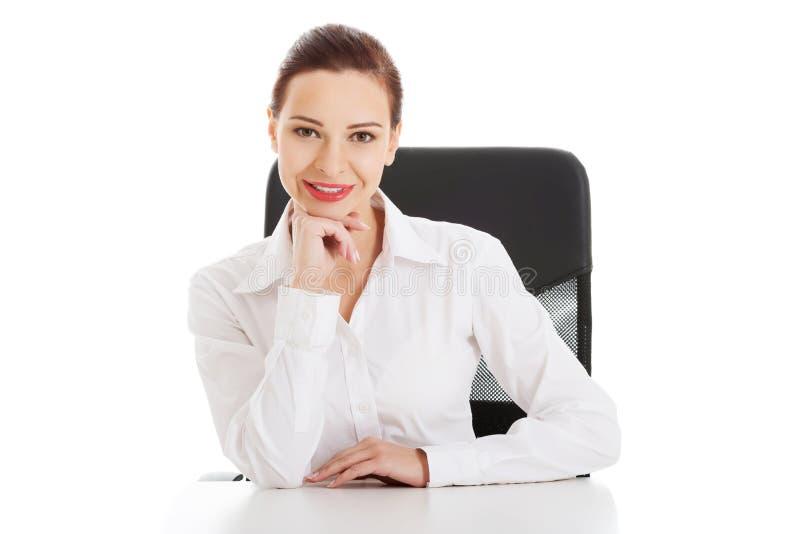 Mulher de negócio bonita, chefe que senta-se em uma cadeira. fotos de stock royalty free