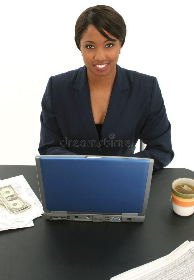 Mulher de negócio bonita com contas e copo do chá fotografia de stock royalty free
