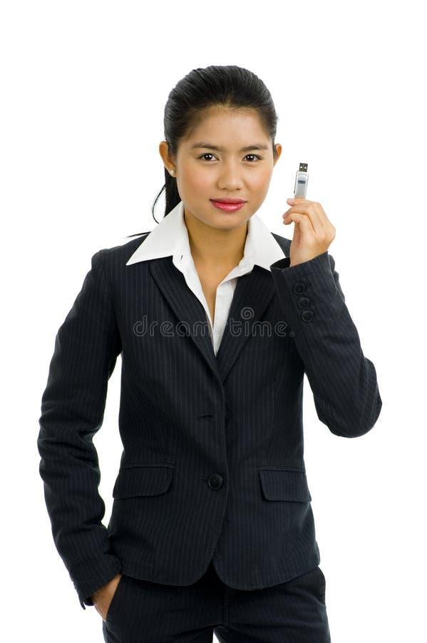Mulher de negócio bonita com vara do usb imagens de stock