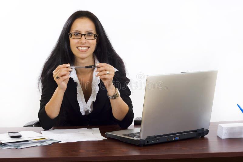 Mulher de negócio bonita em um local de trabalho fotos de stock