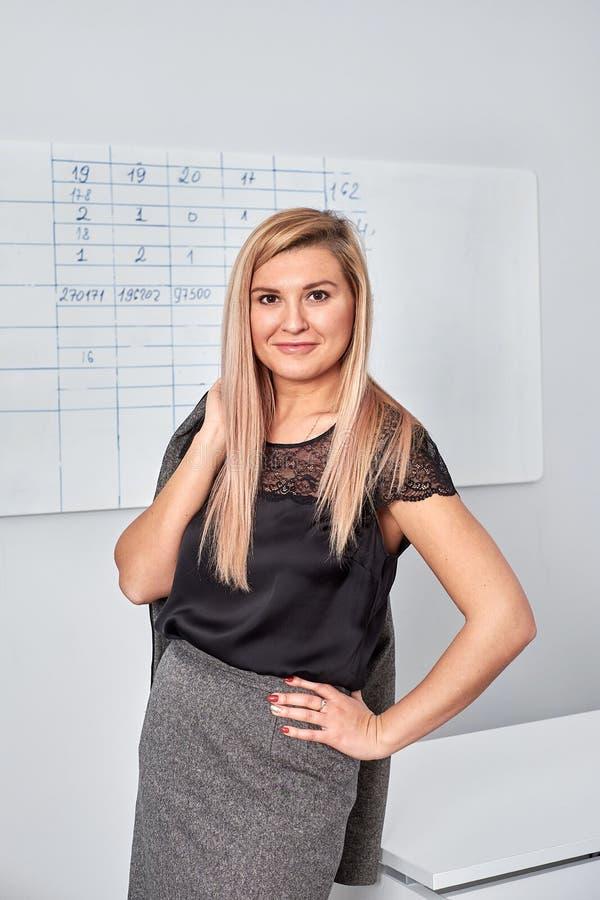 Mulher de negócio bonita feliz no escritório Salão imagens de stock royalty free