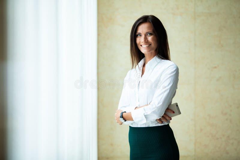 Mulher de negócio bonita feliz no escritório Salão fotografia de stock