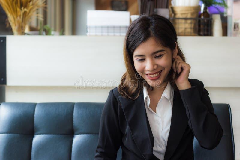 A mulher de negócio bonita feliz relaxa dentro o tempo na cafetaria foto de stock royalty free