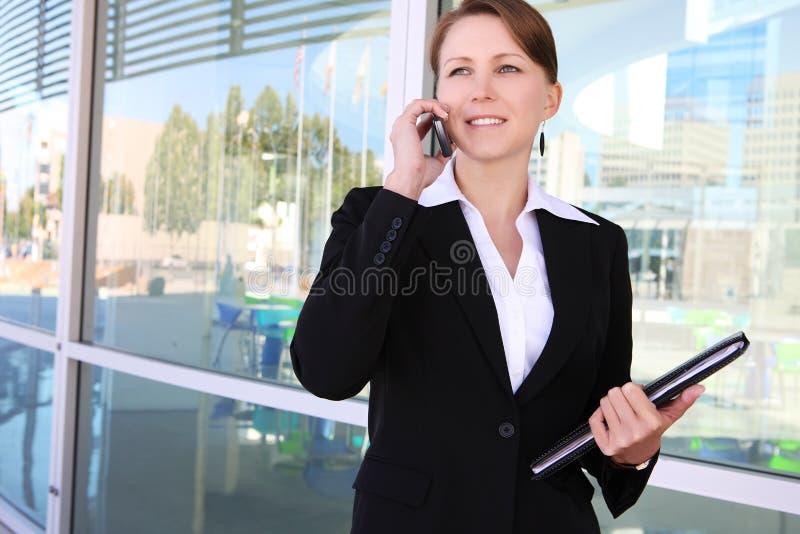 Mulher de negócio bonita no escritório imagens de stock