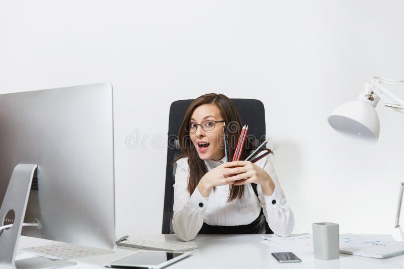 Mulher de negócio bonita no funcionamento do terno e de vidros no computador com originais no escritório claro foto de stock royalty free