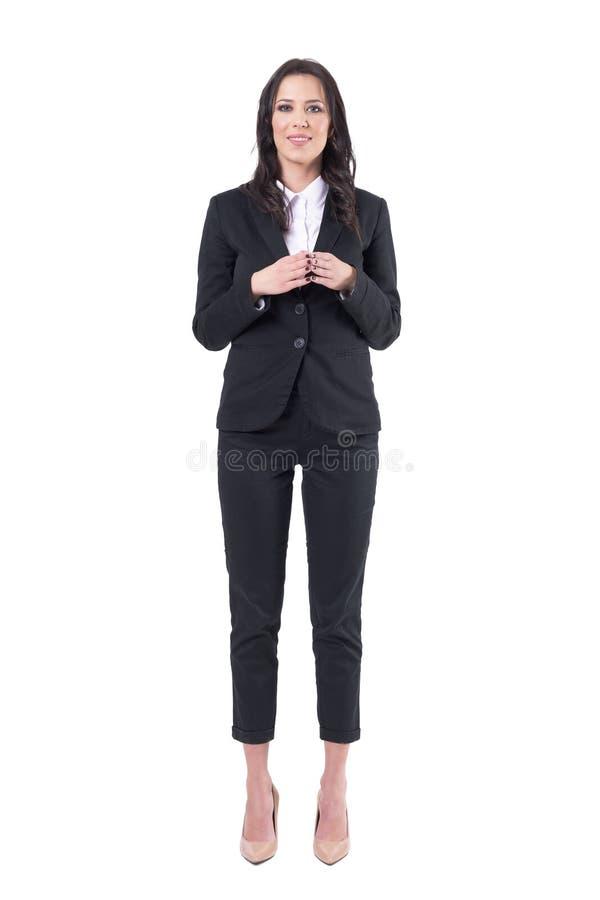 Mulher de negócio bonita no terno preto formal que sorri com postura das mãos da torre imagens de stock royalty free