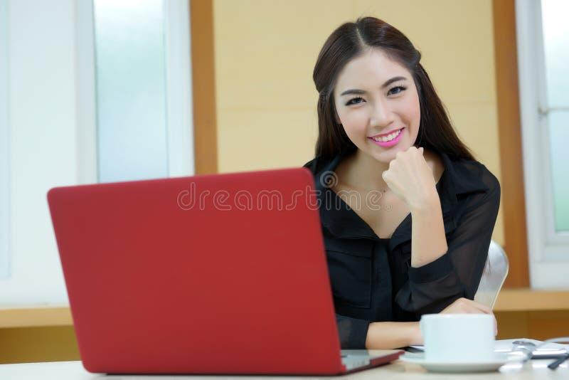 Mulher de negócio bonita nova com o caderno no escritório imagem de stock royalty free