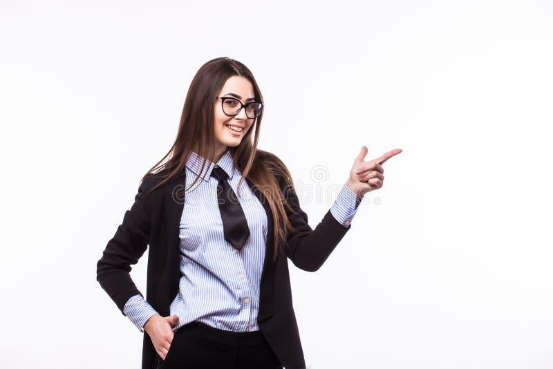 Mulher de negócio bonita nova de sorriso feliz que mostra algo foto de stock