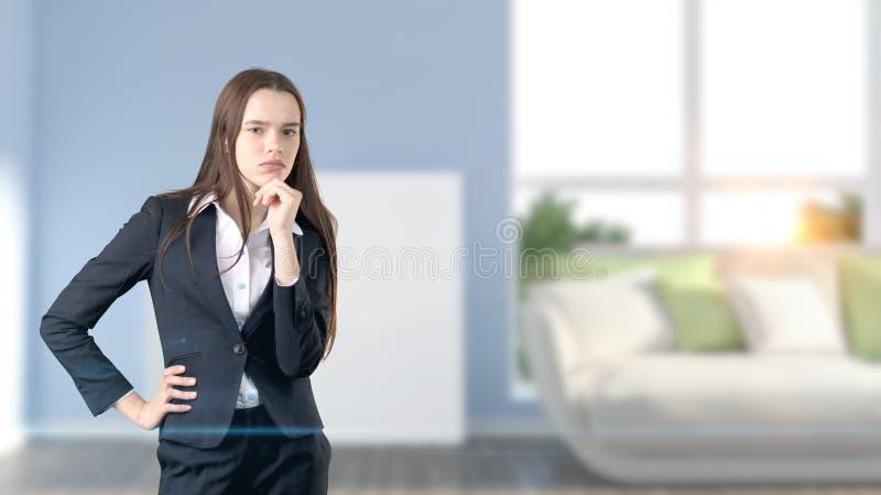 Mulher de negócio bonita nova e desenhista criativo que estão sobre o fundo interior blured fotos de stock