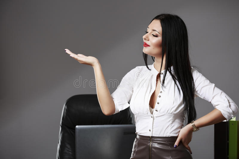 Mulher de negócio bonita nova que aponta no copyspace foto de stock royalty free