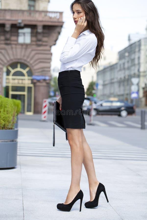 Mulher de negócio bonita que chama pelo telefone imagens de stock royalty free
