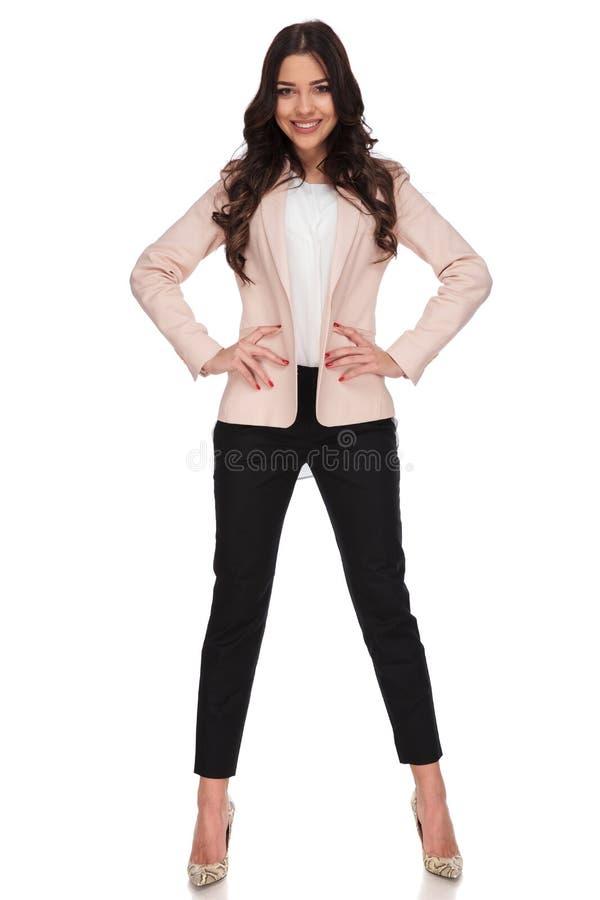 Mulher de negócio bonita relaxado com mãos na cintura imagens de stock royalty free