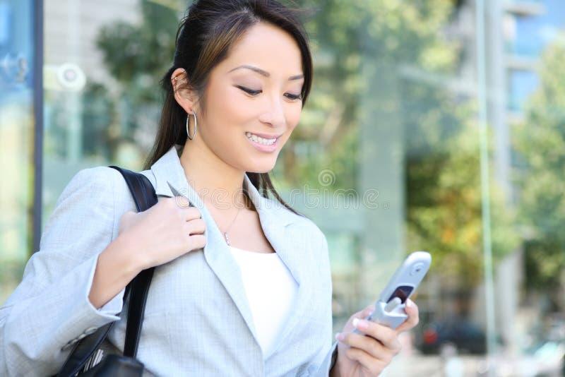 Mulher de negócio bonita Texting imagens de stock