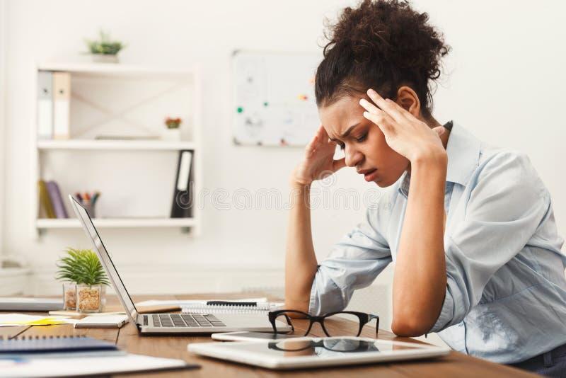 Mulher de negócio cansado no espaço da cópia de escritório imagens de stock royalty free