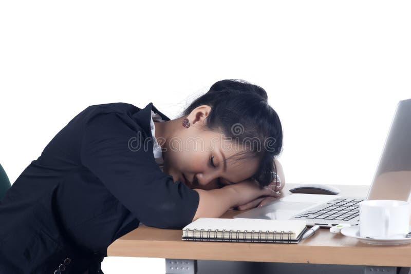 Mulher de negócio cansado que dorme em sua mesa. foto de stock royalty free