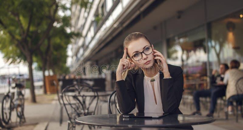 Mulher de negócio cansado que fala no telefone celular foto de stock