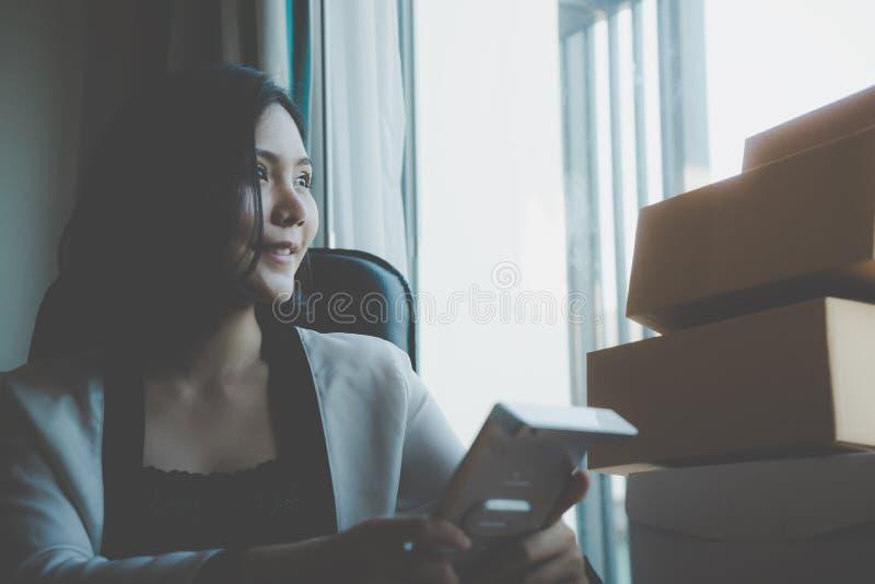 A mulher de negócio caseiro está olhando para fora as janelas fotografia de stock royalty free