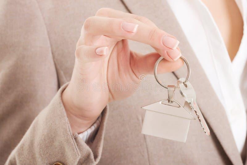 A mulher de negócio caucasiano guarda as teclas HOME. imagens de stock
