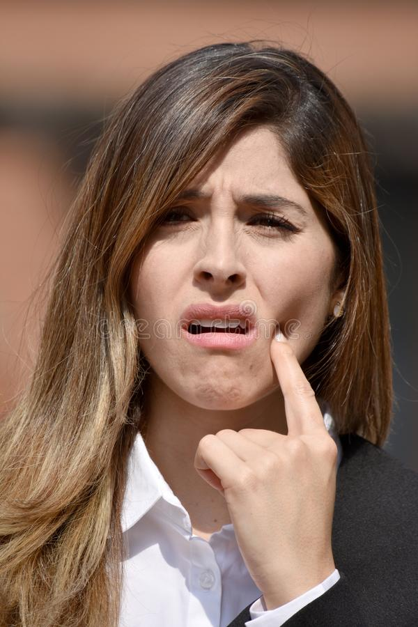 Mulher de negócio colombiana adulta com o terno vestindo da dor de dente fotos de stock