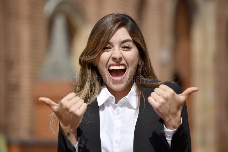 Mulher de negócio colombiana adulta que tem o terno vestindo do divertimento imagem de stock