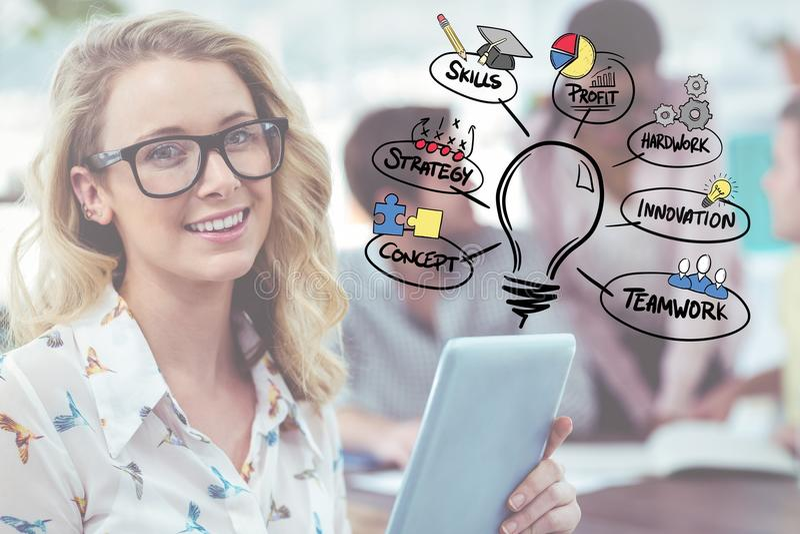 Mulher de negócio com as folhas de prova da tabuleta e do gráfico fotografia de stock royalty free