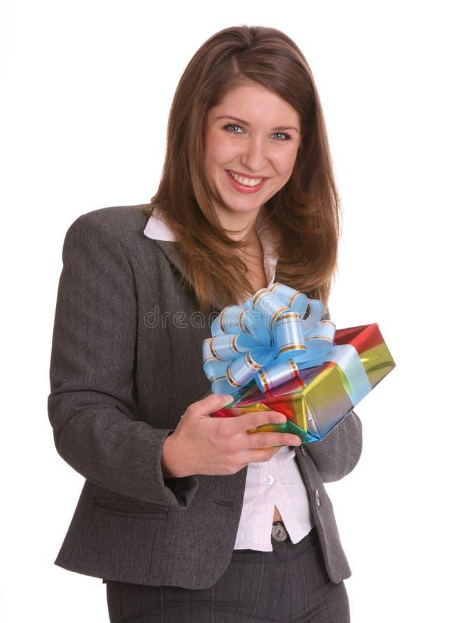 Mulher de negócio com caixa de presente. imagem de stock