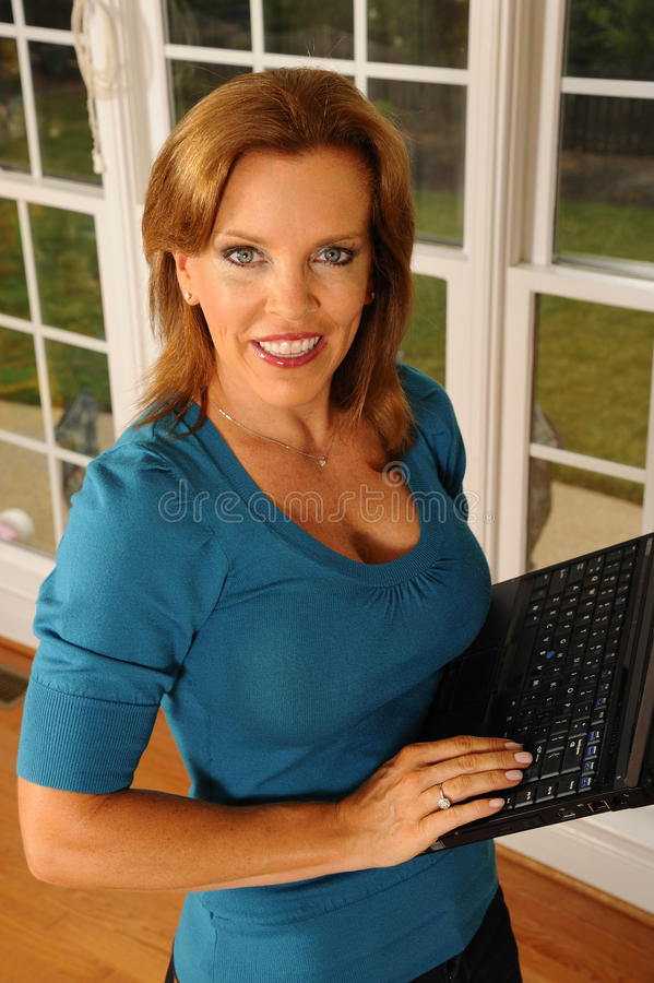 Mulher de negócio com computador portátil fotos de stock royalty free