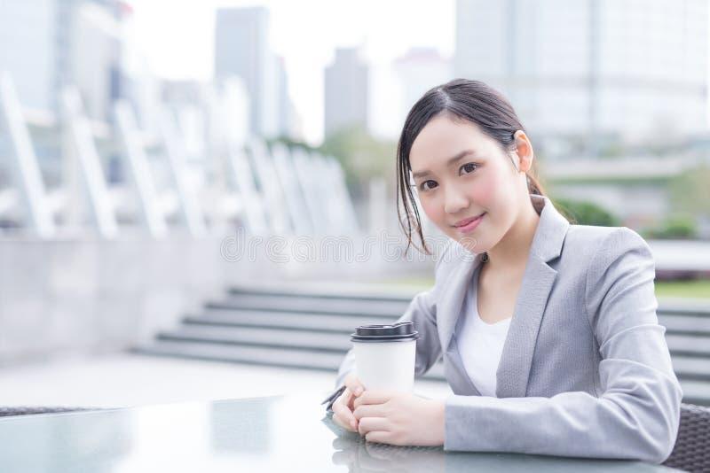 Mulher de negócio com copo de café imagens de stock royalty free