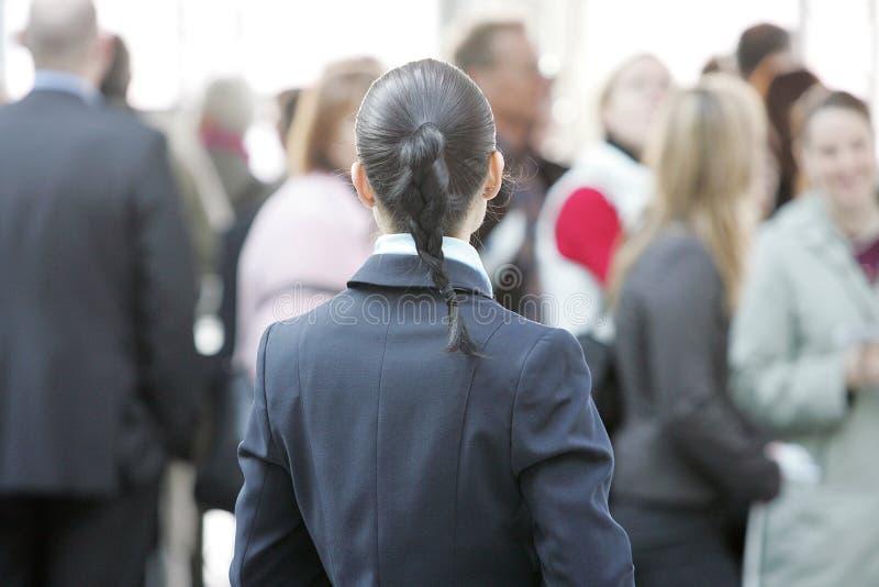 mulher de negócio com grande grupo de pessoas no fundo fotografia de stock