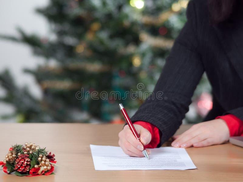 Mulher de negócio com lista de objectivos pretendidos do Natal imagem de stock