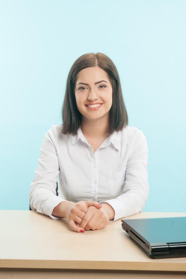 Mulher de negócio com o globo fotografia de stock