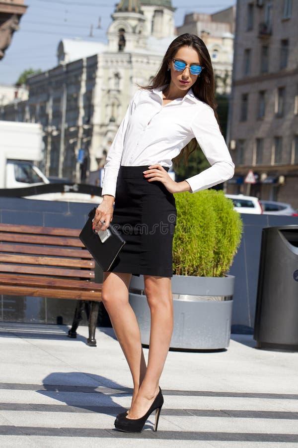 Mulher de negócio com os óculos de sol espelhados azul fotografia de stock
