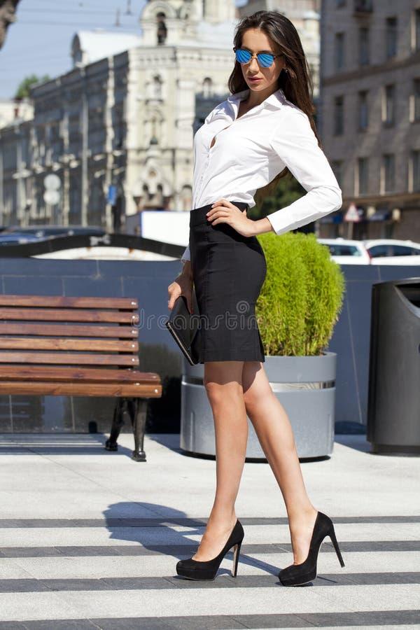 Mulher de negócio com os óculos de sol espelhados azul fotografia de stock royalty free
