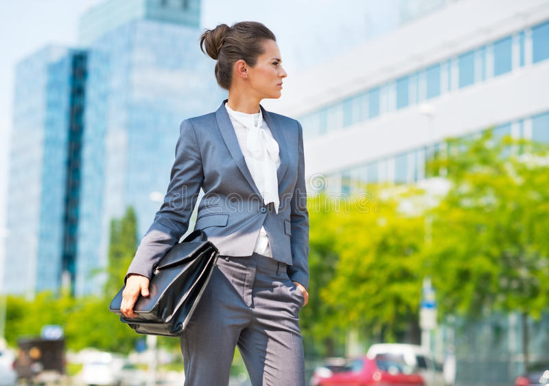 Mulher de negócio com a pasta no distrito de escritório imagem de stock