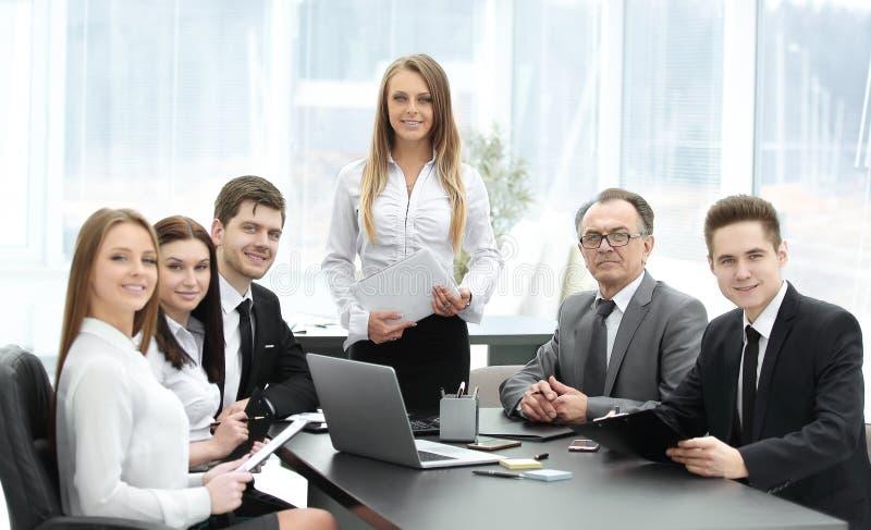 Mulher de negócio com sua equipe do negócio na reunião fotografia de stock royalty free