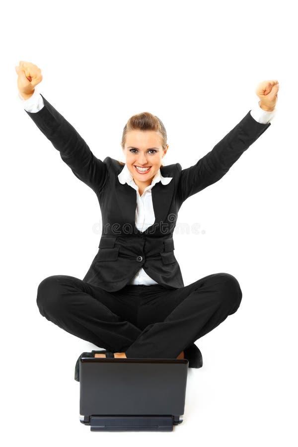 Mulher de negócio com sucesso do portátil e do júbilo foto de stock