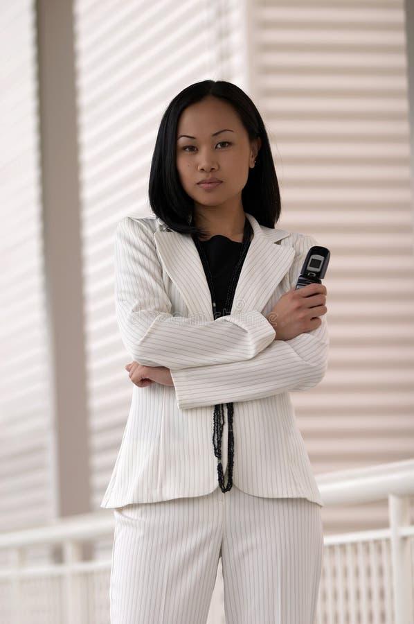 Mulher de negócio com telefone de pilha foto de stock
