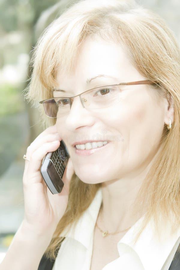 Mulher de negócio com telefone móvel imagem de stock