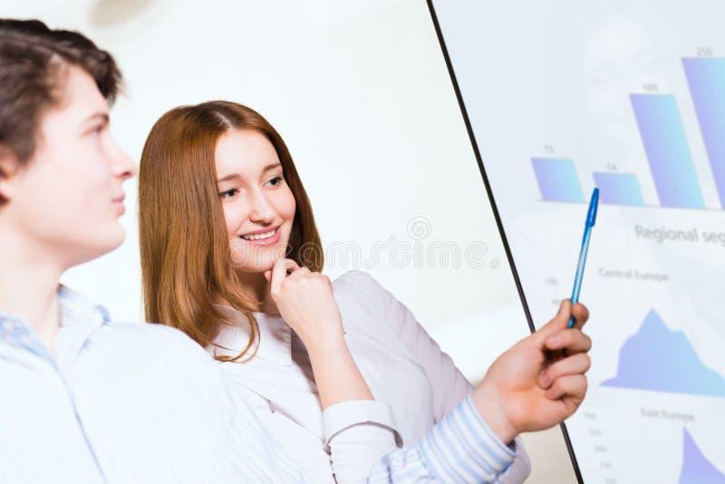 Mulher de negócio com um colega que discute relatórios foto de stock