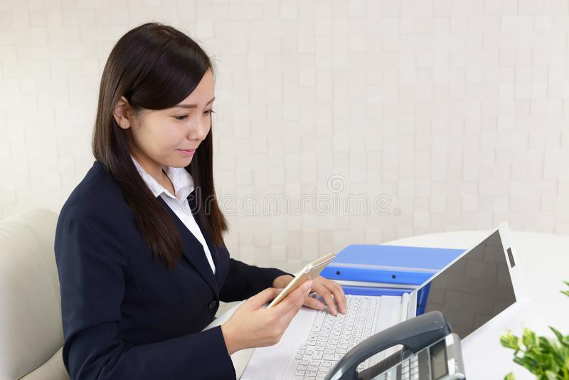 Mulher de negócio com um telefone esperto foto de stock royalty free