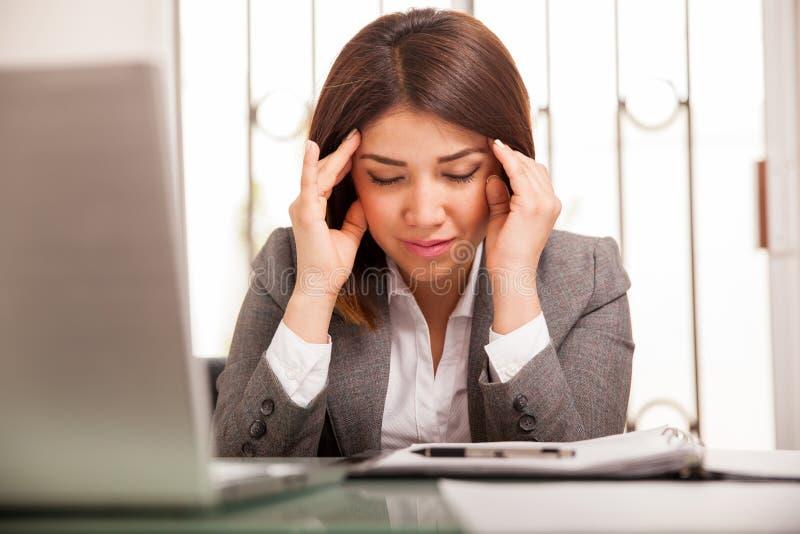 Mulher de negócio com uma dor de cabeça foto de stock