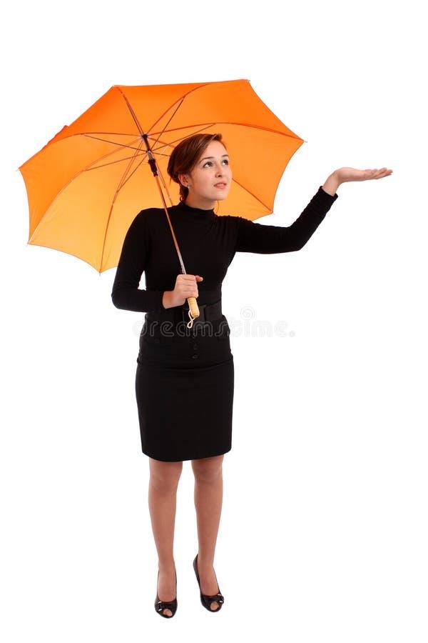Mulher de negócio com verificação do guarda-chuva se chove fotografia de stock royalty free