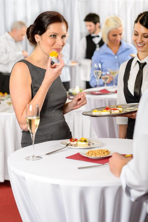 A mulher de negócio come a sobremesa do serviço da restauração imagem de stock
