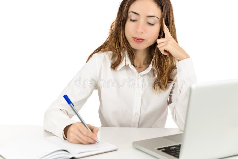 Mulher de negócio concentrada no trabalho fotos de stock royalty free