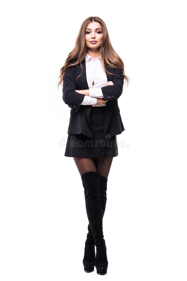 Mulher de negócio confiável que está o comprimento cheio no terno preto Mulher de negócios ou mediador imobiliário isolada no fun fotos de stock
